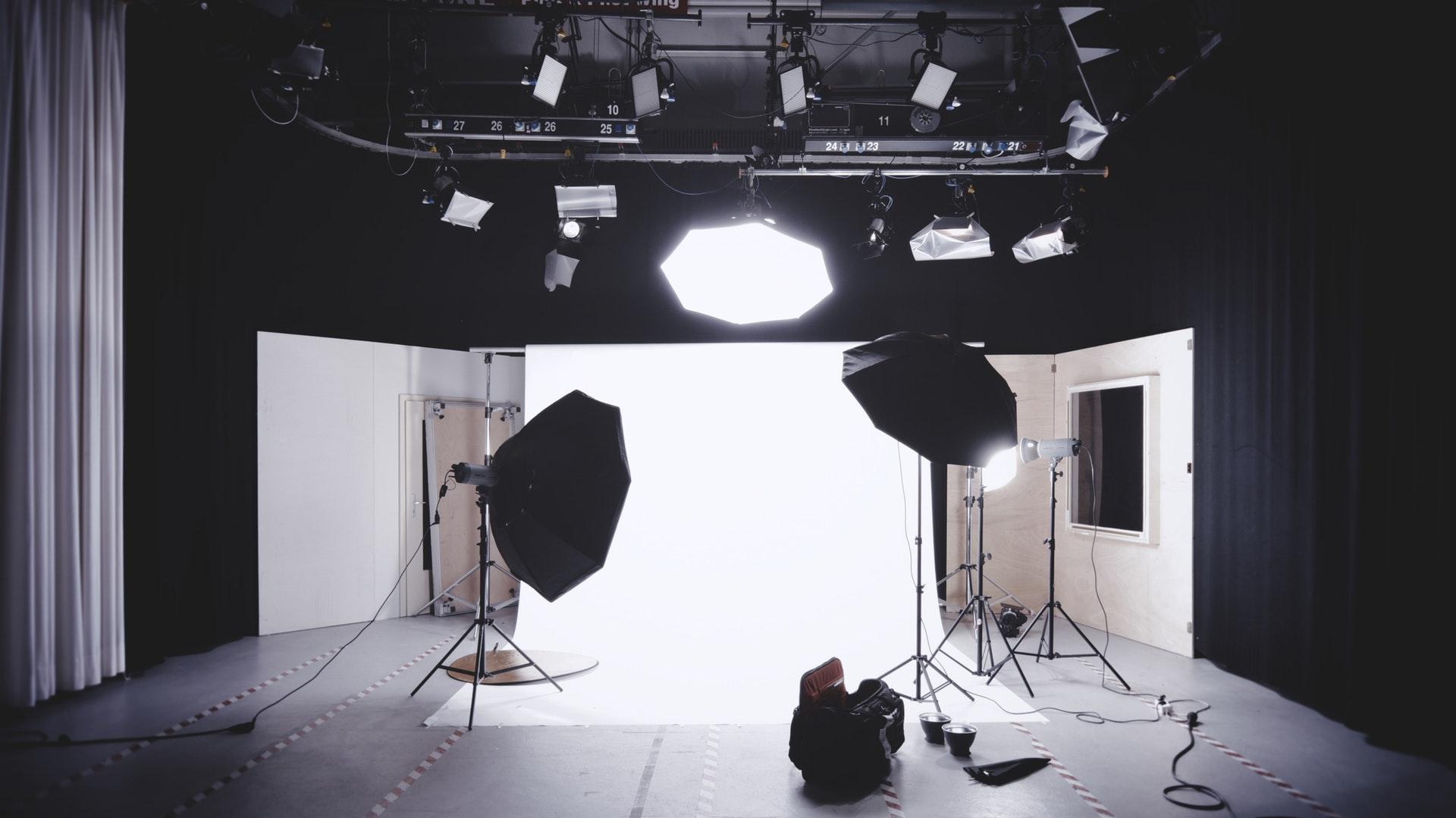 Oświetlony plan zdjęciowy
